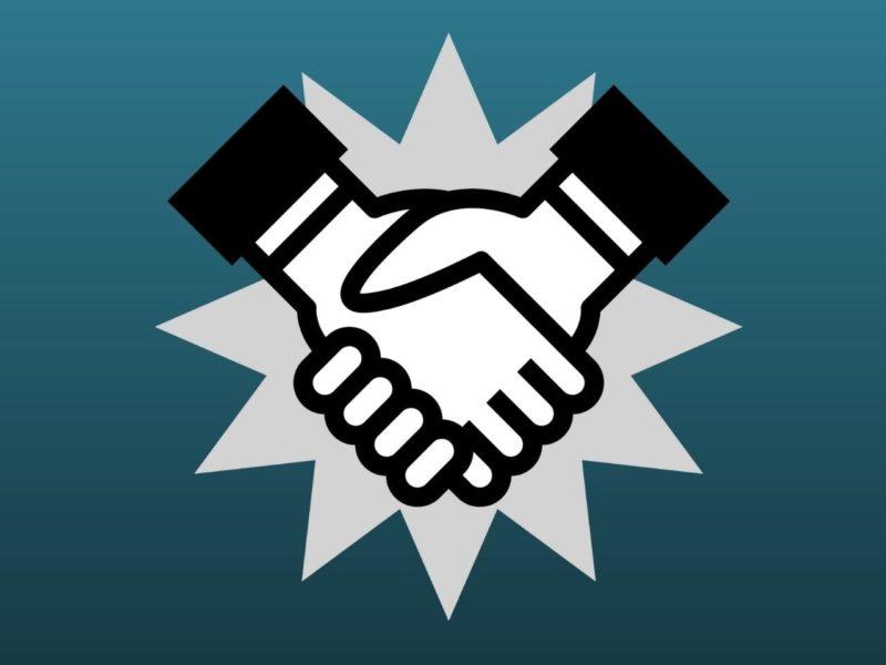 強く握手する手