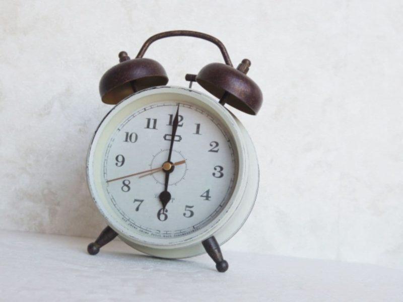 朝6時を示す目覚まし時計