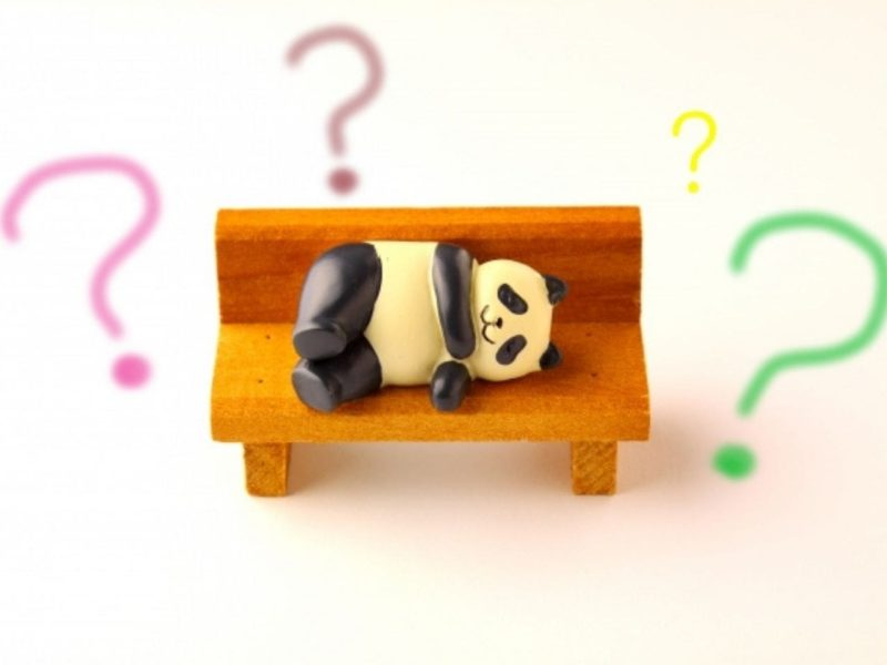 ベンチで考え込むパンダ